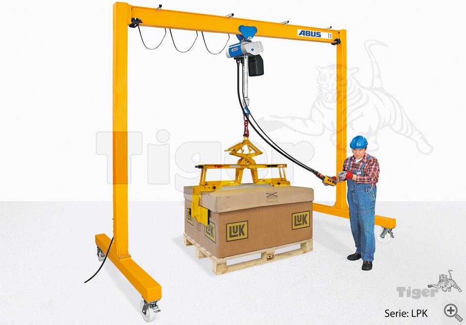Anwendungsbeispiel von einem Portalkran mit Elektro-Kettenzug, Handfahrwerk und einem Kartongreifer mit verstellbaren Greifarmen zum Heben von großformatigen Kartons